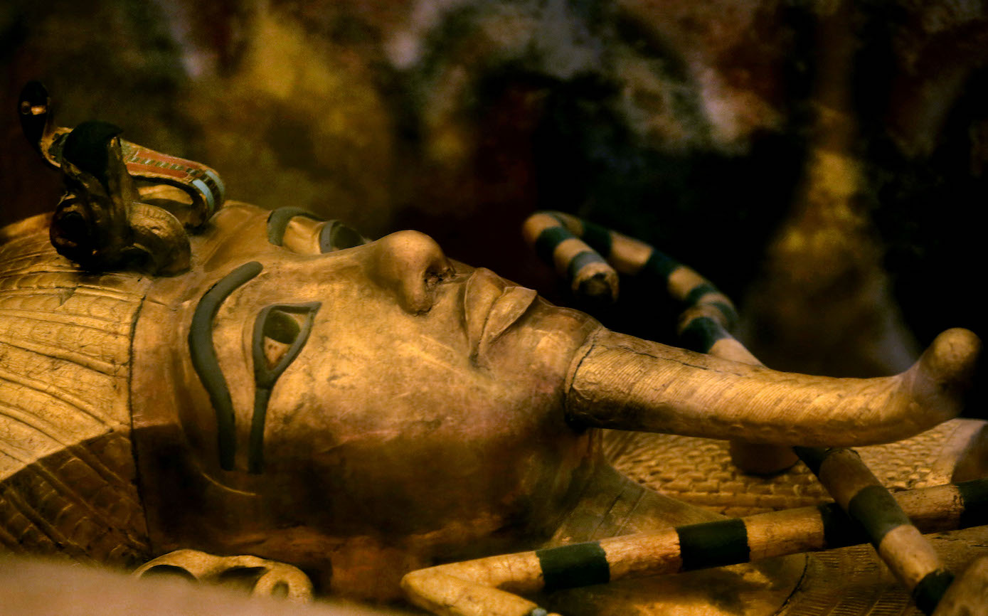 egyptian clothing  tut ankh amun dagger came from outer space     King Tutankhamun