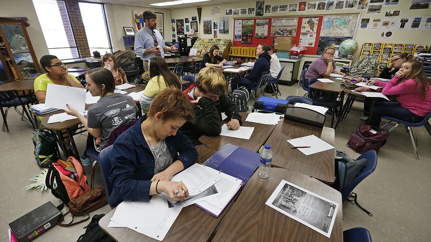 Joe Servis (arriba), profesor de historia de Estados Unidos en Appomattox High School, da clases a sus estudiantes en la escuela de Appomattox, Virginia, el 1 de abril de 2015.