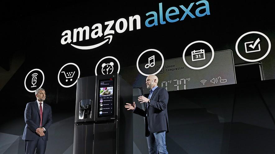 El vicepresidente de LG Electronics, David VanderWaal, y el vicepresidente de Amazon Echo, Mike George, presentan el refrigerador puerta-en-puerta llamado LG Smart InstaView a los asistentes al CES 2017 en la conferencia de prensa de LG Electronics el miércoles 4 de enero de 2017 en Las Vegas.