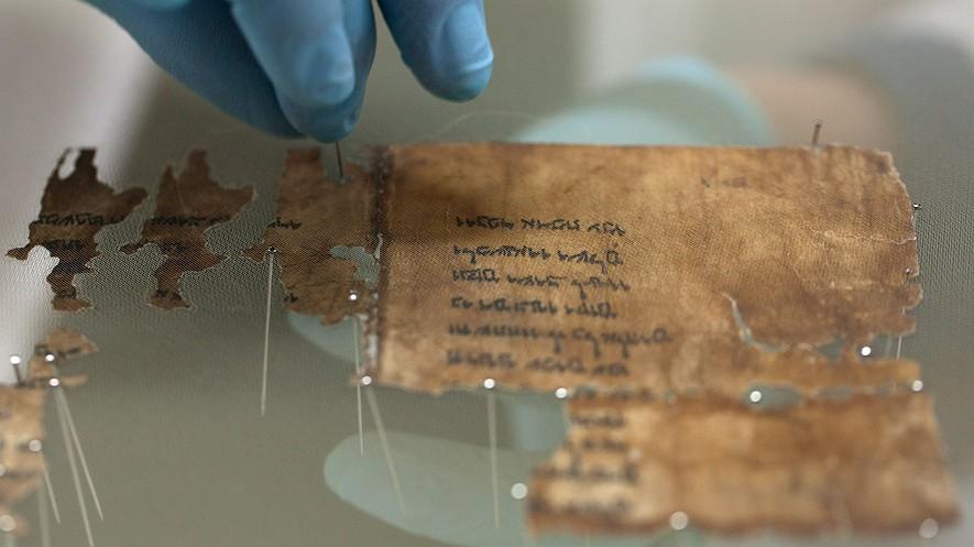 Un analista de conservación de la Autoridad de Antigüedades de Israel prepara fragmentos de los 2.000 años de antigüedad de los Rollos del Mar Muerto en un laboratorio antes de fotografiarlos el 18 de diciembre de 2012 en Jerusalén, Israel. Foto por: Uriel Sinai/Getty Images.