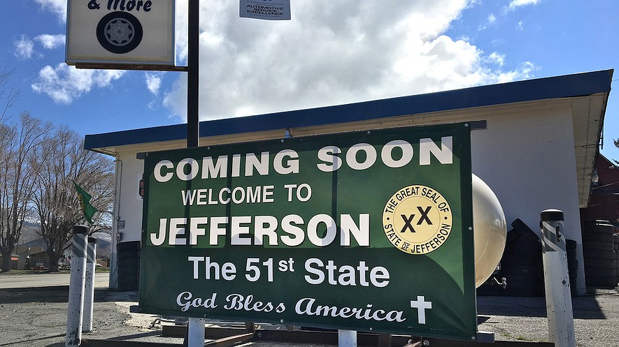 A Jefferson secession banner hangs outside a business in Loyalton, California. Photo: Myung J. Chun/Los Angeles Times/TNS
